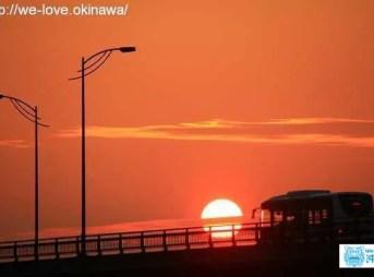 バスと夕日