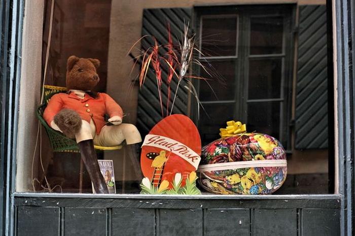 У шведских детей есть еще одна существенная причина любить Пасху — в этот день каждый из них обязательно получит огромное картонное яйцо с конфетами внутри. А бывает даже и не одно.