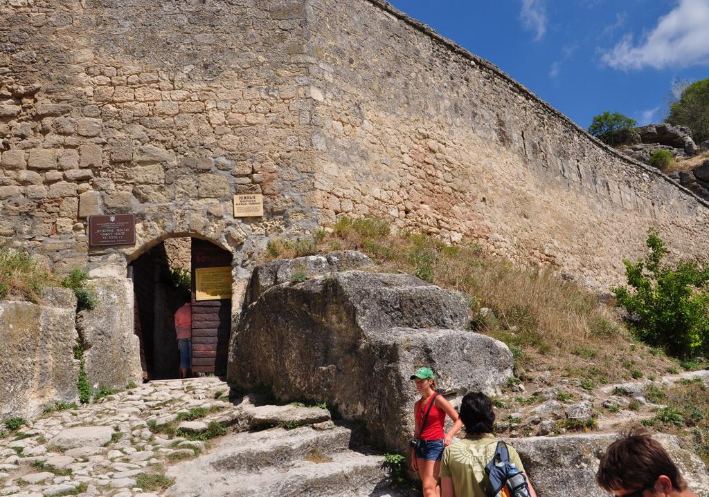 Старые арочные ворота Чуфут-Кале