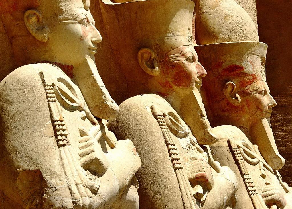 Статуи жрецов в Фивах
