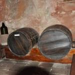 Дубовые бочки в дегустационной комнате