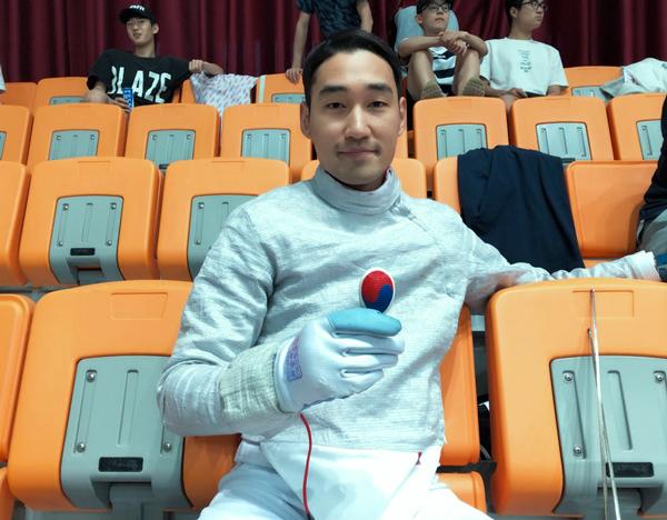 Jung-Hwan-Kim con una mini-careta