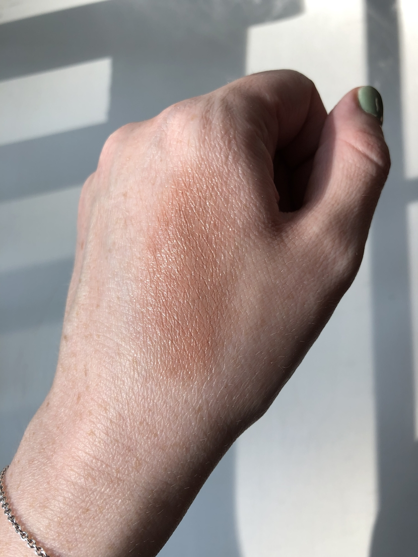Swatch of glowy blush in neutral dusty rose