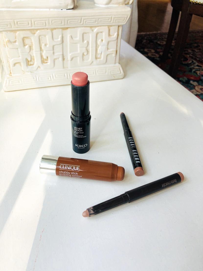 Arrangement of stick makeup - tips for quick makeup