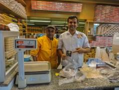 Venditori di sesamo e dolci a Zargard vicino Shiraz