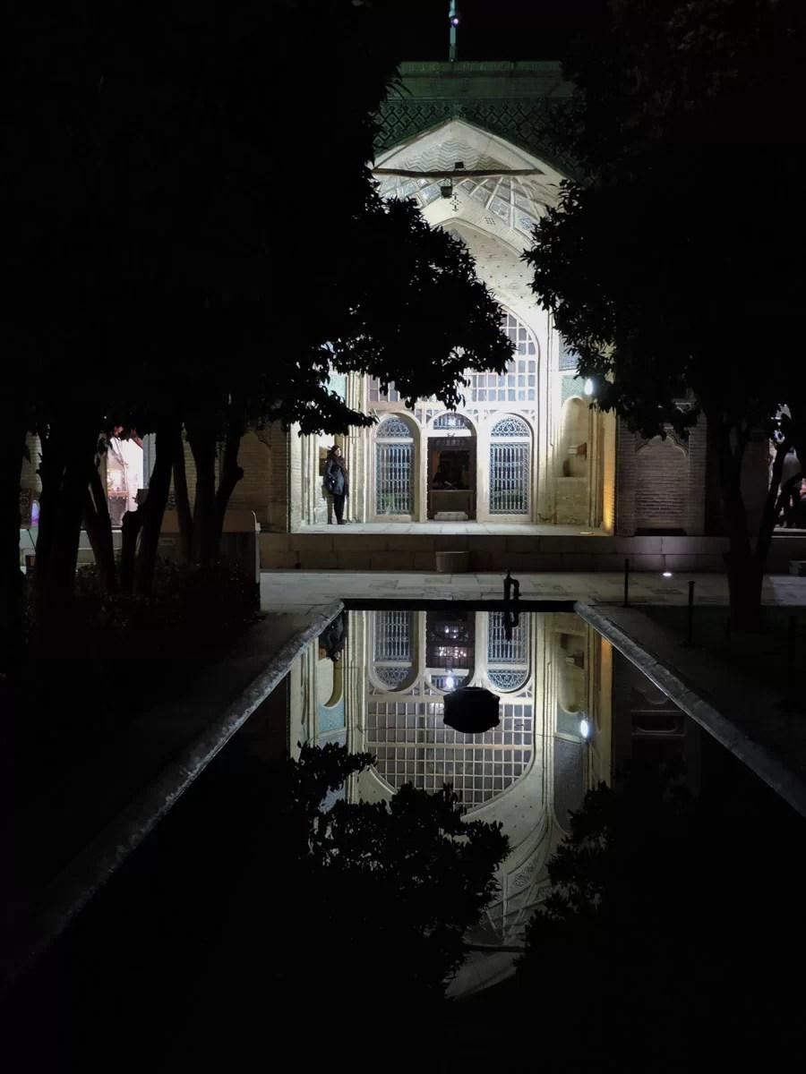 Il nero della notte: la tomba del poeta Hafez di notte
