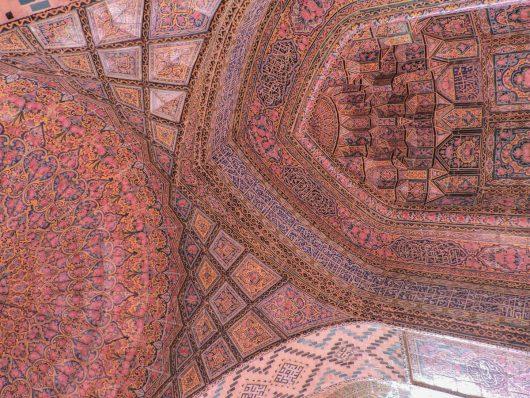 Il rosa degli intarsi: il soffitto della moschea rosa di Shiraz