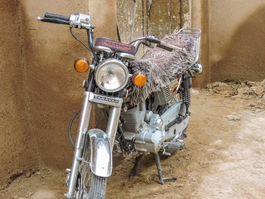 Il rosa della stravaganza: una motocicletta parcheggiata nel centro di Yazd