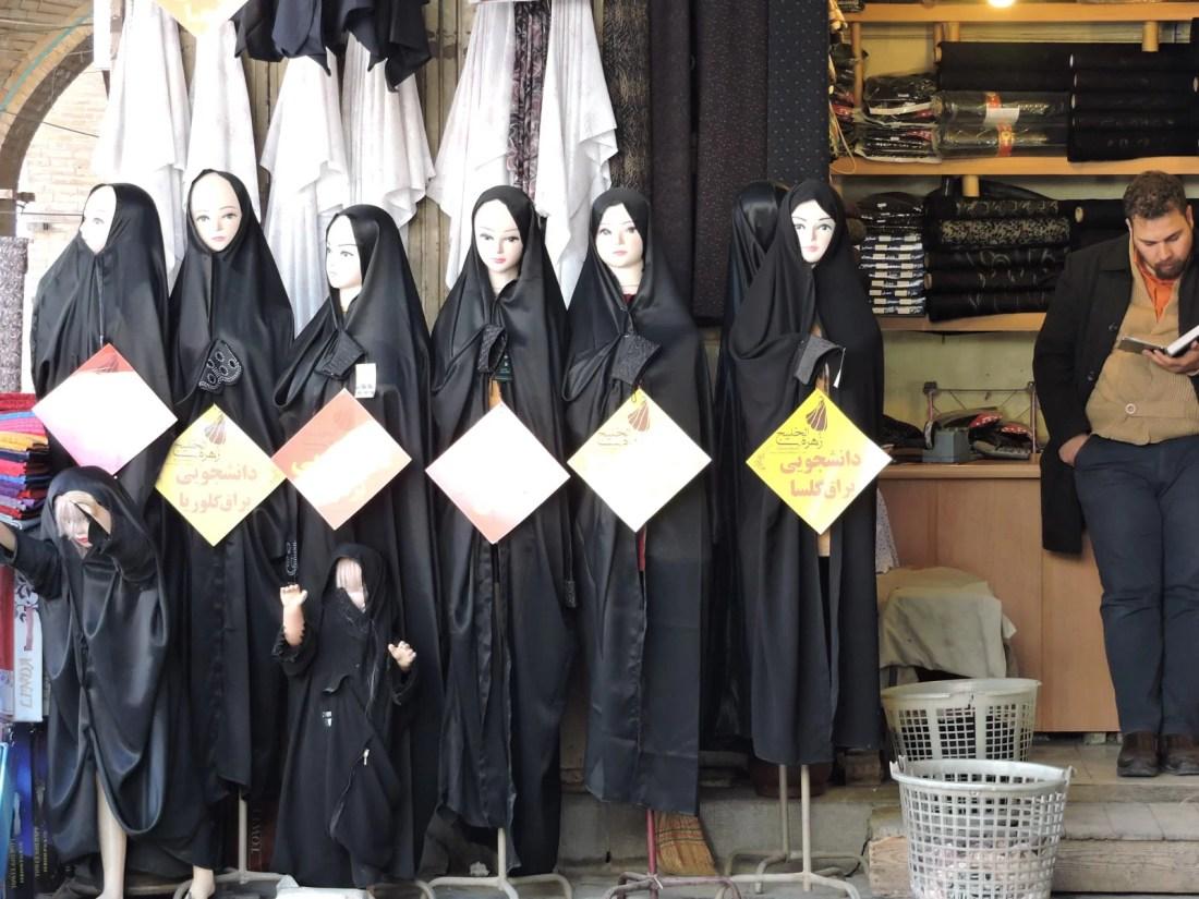 L'iran dell' islam: negozio di chador al mercato di Teheran