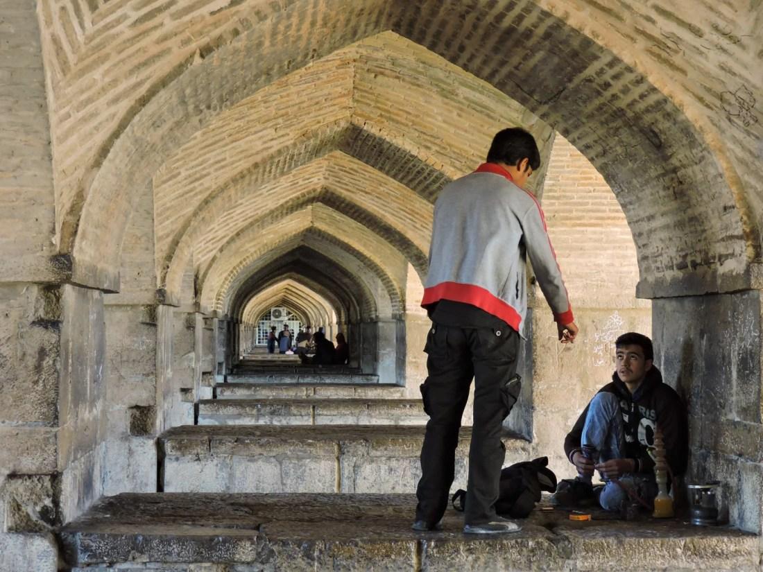 L' ocra delle città in Iran: ragazzi sotto il ponte Pol-e Khaju a Isfahan