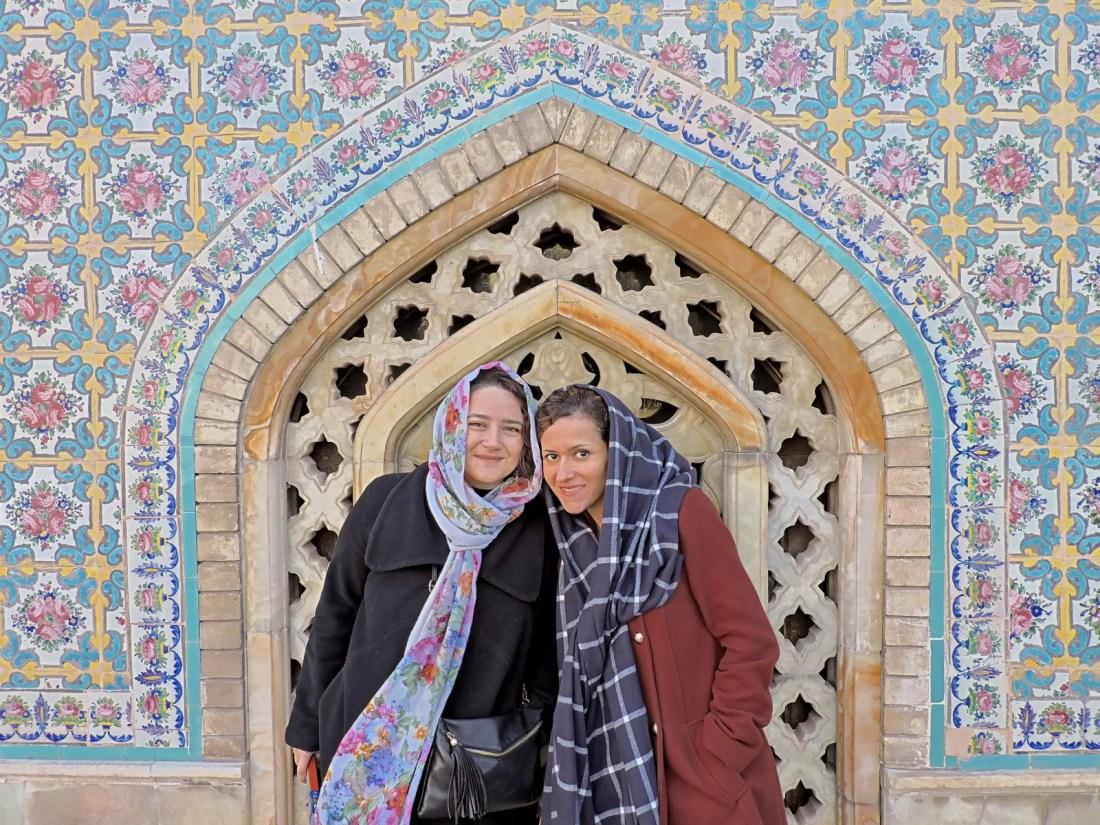 Il rosa degli intarsi: Alle e Parvaneh posano davanti ad un portale del palazzo del Golestan a Teheran