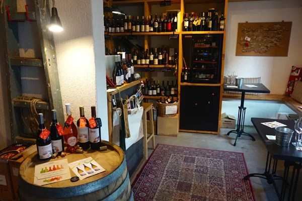 L'interno del wine shop Vino Orenda a Sofia in Bulgaria