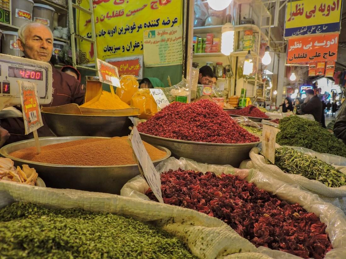 Un venditore di spezie, tè e erbe aromatiche dentro al grande bazaar di Esfahan. Qui abbiamo comprato zafferano e altre spezie