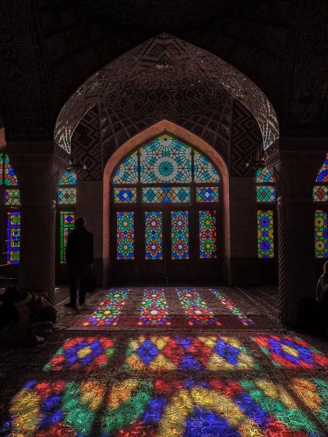 Al mattino la Nasir al-Molk Mosque è illuminata dalla luce naturale che entra dalle vetrate creando effetti straordinari
