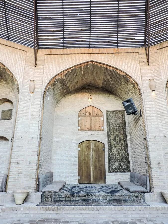 Uno degli archi del cortile centrale del caravanserraglio Zein-o-Din
