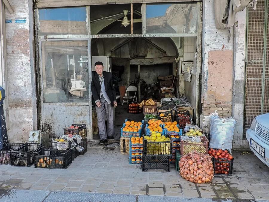 Il negozio di un venditore di frutta all'interno del Bazar di Isfahan