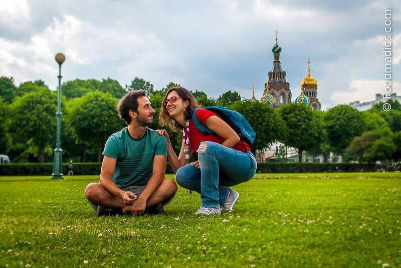 Ale e Sara di Foodmadics a San Pietroburgo all'inizio del Big Trip