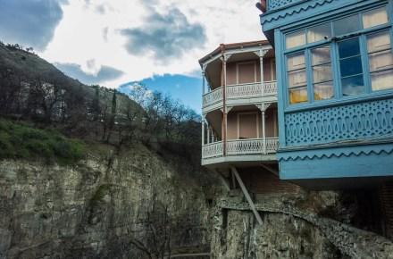 le case tipiche georgiane a Tbilisi si affacciano sui canali ad abanotubani