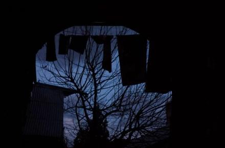 file di panni dentro a un chiostro nella città vecchia di Tbilisi