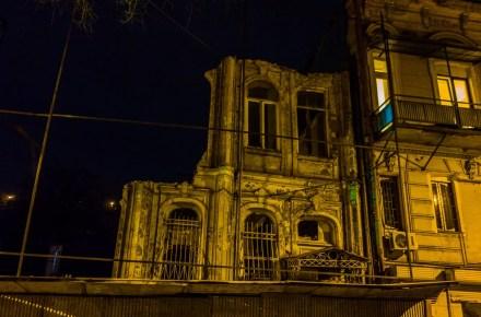 un palazzo decadente a Tbilisi in Georgia