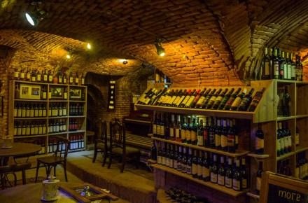 l'interno del locale vinoground a Tbilisi