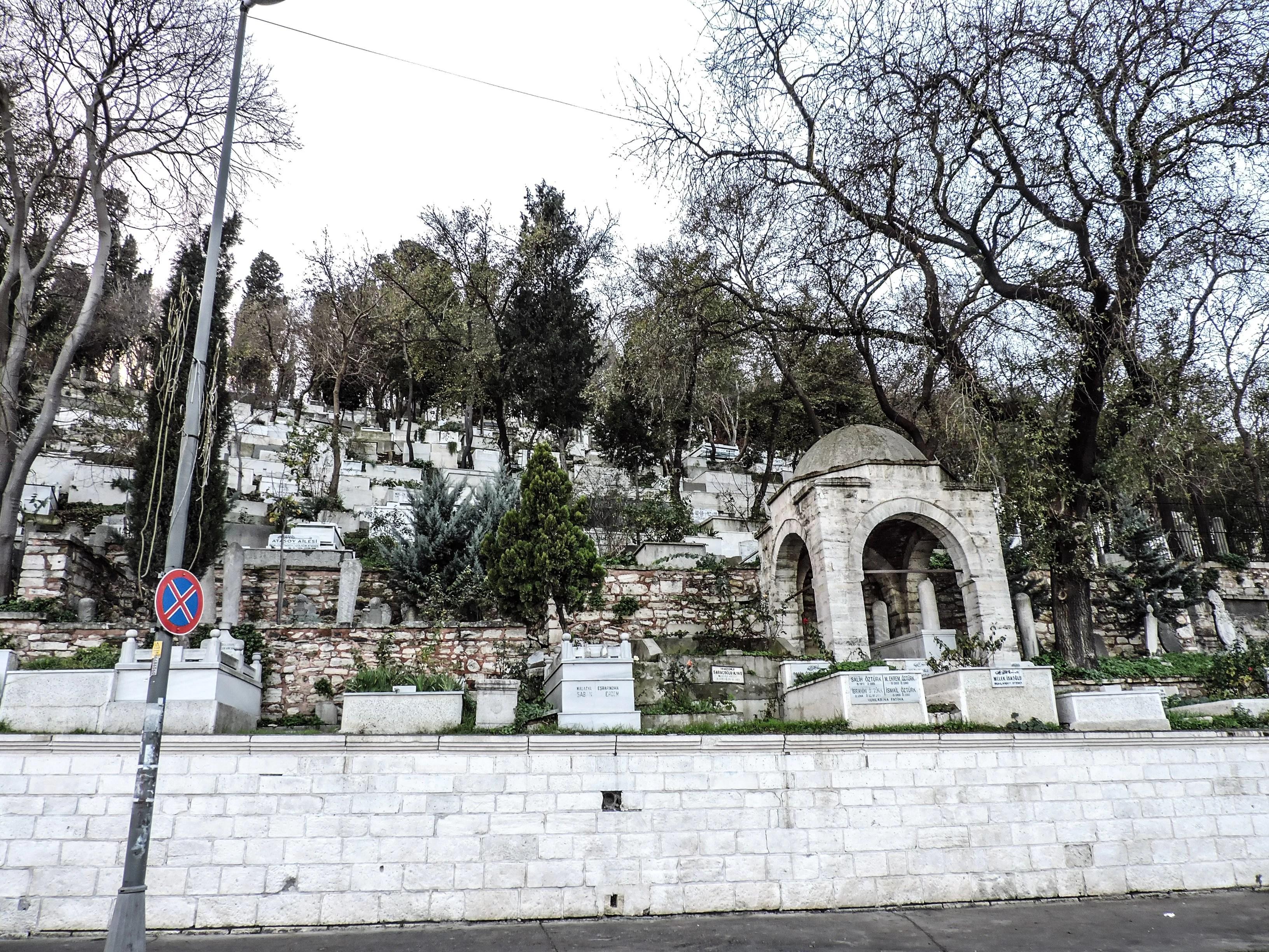 Il cimitero di Turgay Hantal Mezarlik dietro la moschea di Eyup a Istanbul