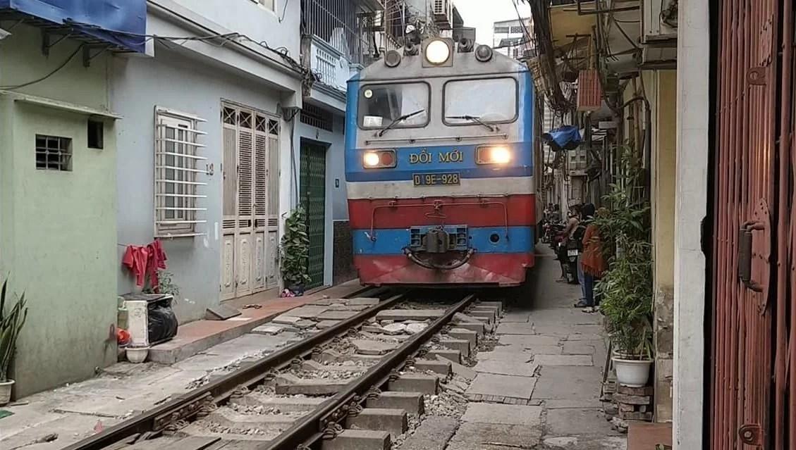la strada di hanoi in cui passa il treno