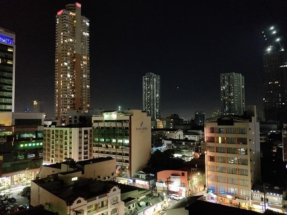 La skyline di Makati di notte vista da Malate a Manila