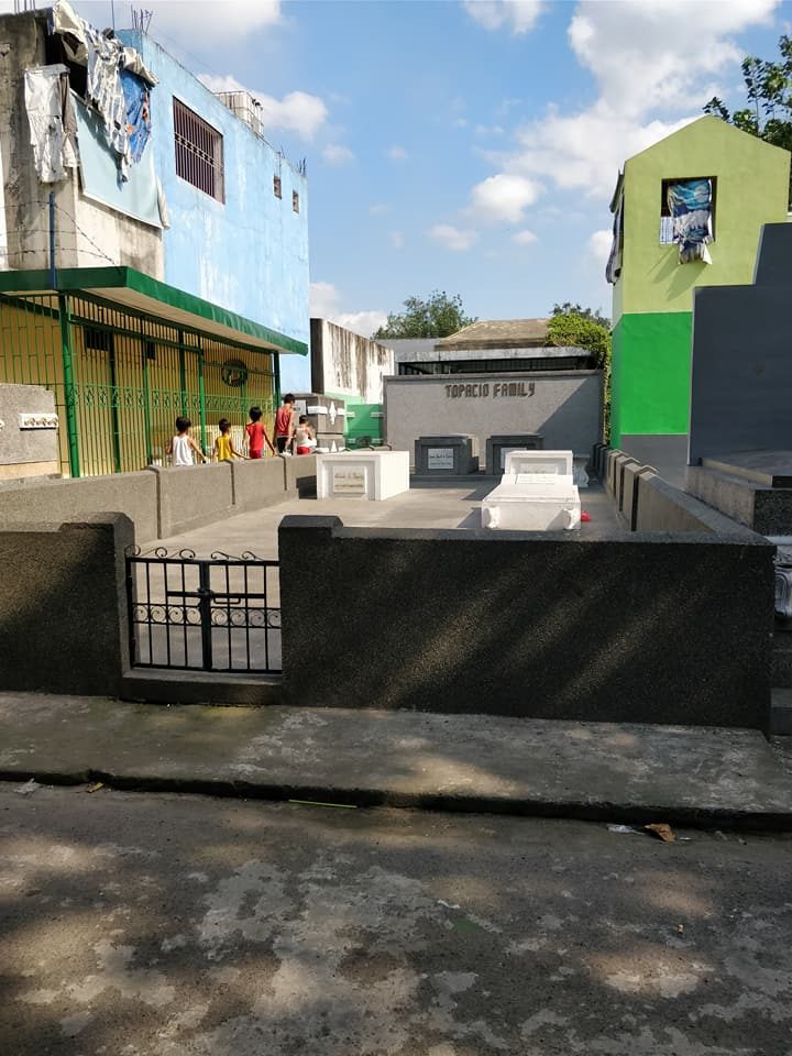 giovani abitanti del cimitero nord di manila si aggirano tra le lapidi