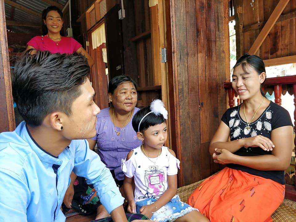 Ci siamo fermati a fotografare la loro bellissima (quanto semplice) casa sull'isola di Bilu Kyung dall'esterno e loro ci hanno invitati a salire offrendoci un pranzo buonissimo sul loro terrazzo.