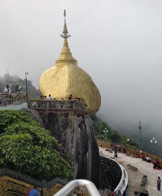 La famosa Golden rock a Kyatkyo in Myanmar