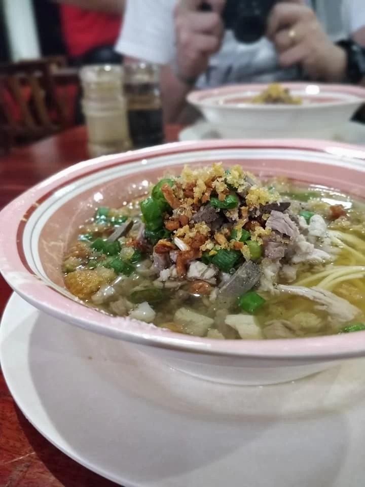"""da """"Netong"""" che si dice faccia il Lapaz Batchoy più buono della città, la zuppa di noodles tipica di qua fatta di frattaglie e ciccioli di maiale, brodo di pollo e lombata di manzo."""