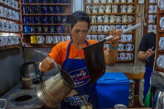 donna prepara il caffè al madge cafè