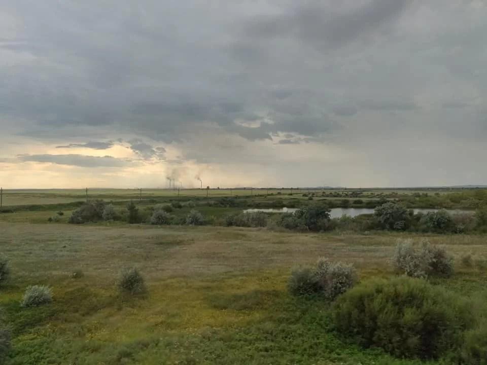 Le steppe kazake attorno a Karaganda e sull sfondo le miniere di carbone ancora attive
