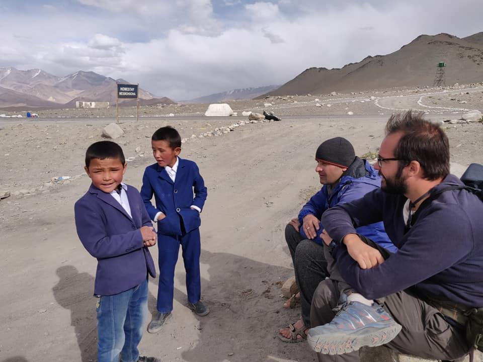 Bimbi kirghisi in uniforme scolastica ci fanno compagnia a Karakul mentre facciamo autostop. Questi scompensi tra popoli e nazionalità (ad esempio i kirghisi in Tajikistan) sono legati alle modalità con cui i sovietici avevano diviso i confini in queste zone. Molto spesso ridisegnavano appositamente le frontiere per la legge del divide et impera.