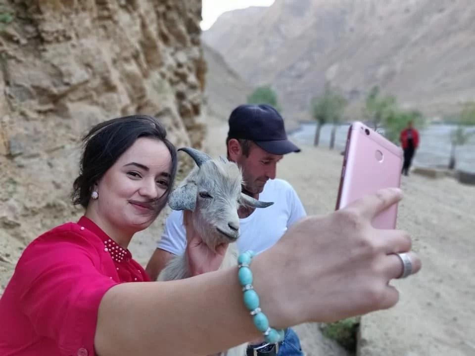 La nostra amica Nargiz da Dushanbe è venuta in vacanza a Khorog