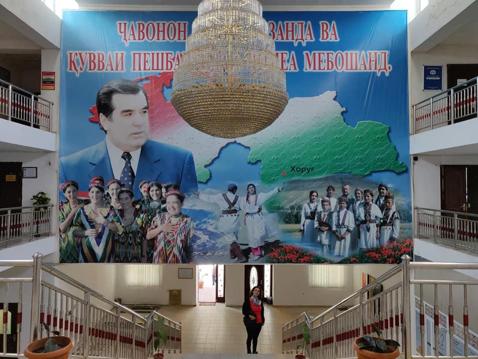 W il presidente! Khorogh era tappezzata di striscioni e poster giganti ovunque (in onore della visita del presidente in Badakshan?); forse per questo motivo il Tajikistan ci è sembrato il paese con il più grande culto della personalità del presidente fino a questo momento