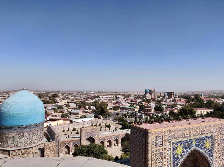 La città di Samarcanda vista dall'alto del minareto della Ulugh Beg madrassa