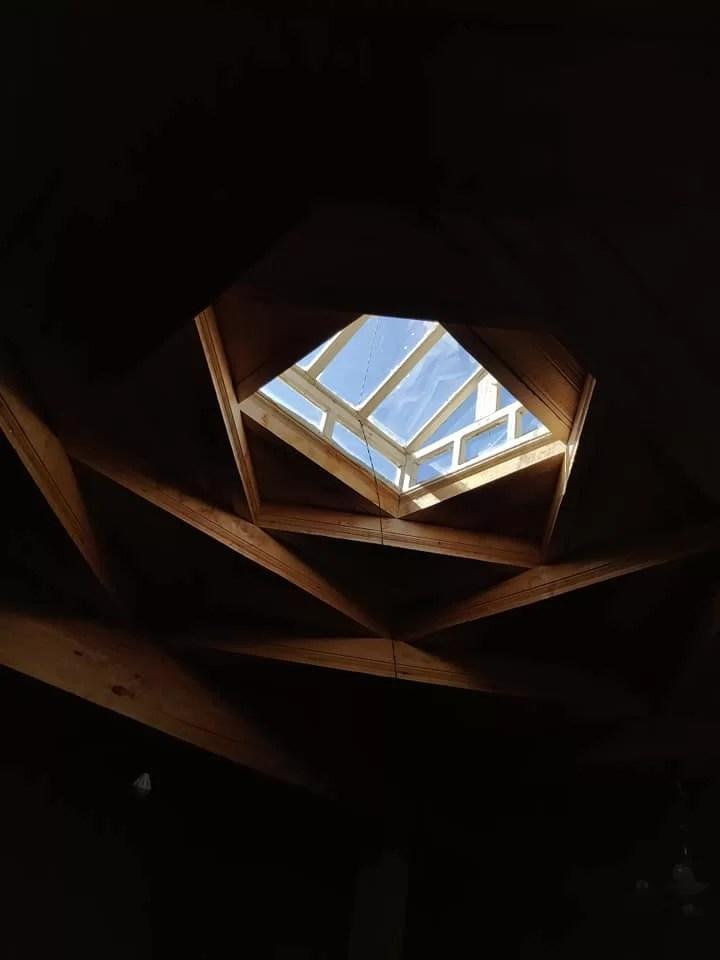 """Il chor ravzana: elemento tipico di una casa pamiri. Significa """"quattro finestre"""" in lingua locale."""