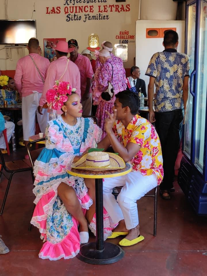 Un bar nei dintorni della piazza di Cienaga dove si comincia a festeggiare il festival del Caiman