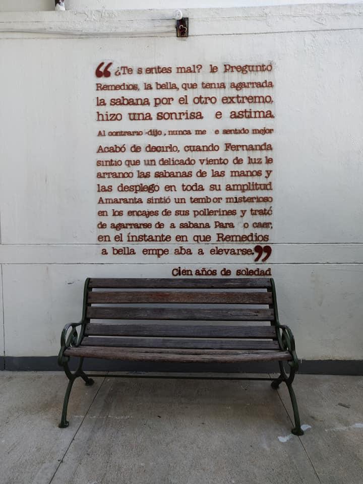 versi di cent'anni di solitudine nella casa museo di Gabriel Garcia Marquez ad Aracataca in Colombia