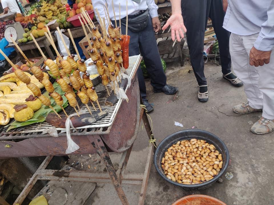 Larve da mangiare al mercato di Bellavista a Iquitos