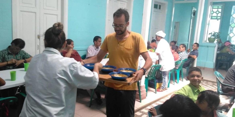 Piccoli aiutanti nella mensa per poveri di Robinson