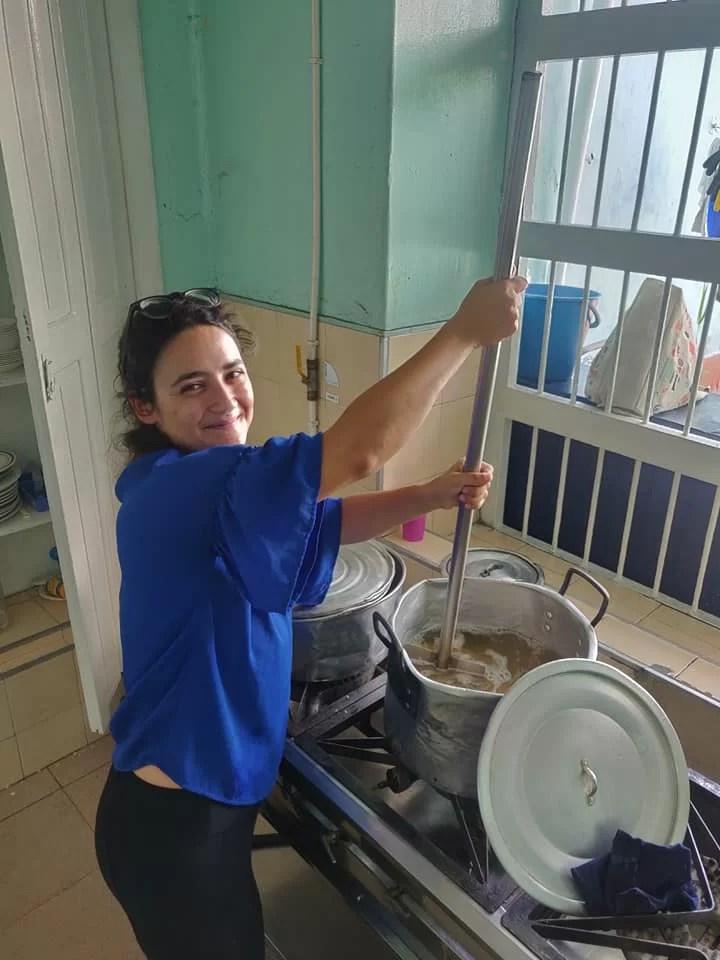 Piccole aiutanti nella cucina della mensa per poveri di Robinson