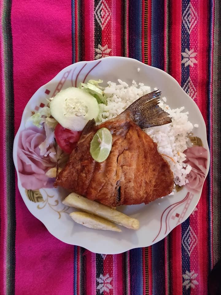 la trucha a la plancha, piatto tipico della Bolivia e in particolare di Copacabana