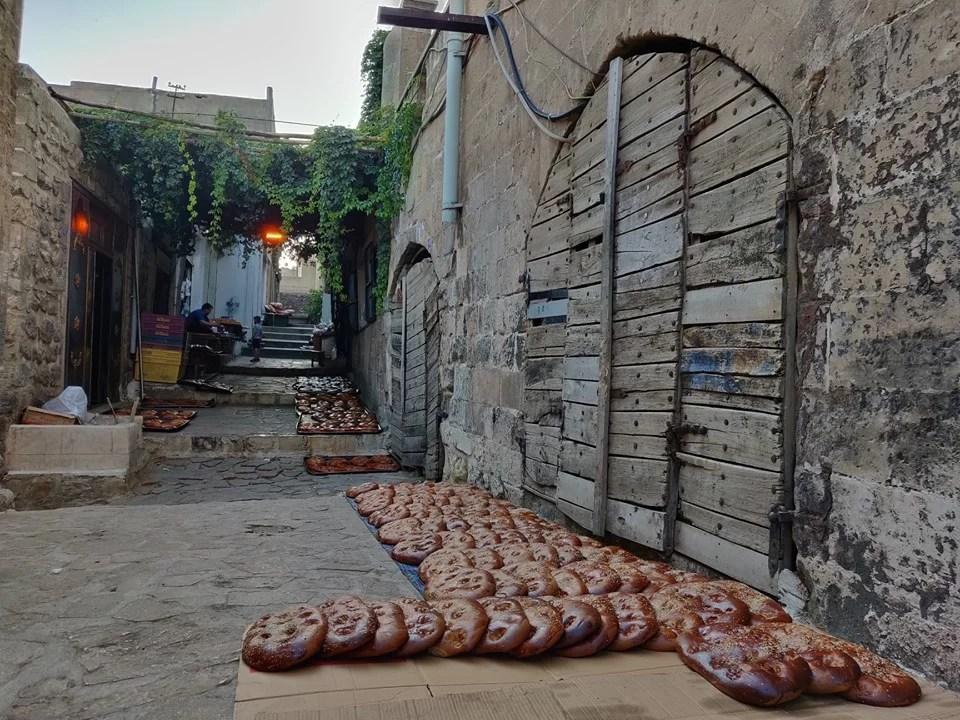 La sera, nei vicoli di Mardin, i panifici asciugano il pane alla cannella spandendo un profumo inebriante nell'aria