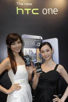 Resize of Elva and Sabina with The new HTC One_1