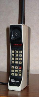 Le téléphone cellulaire Motorola DynaTAC 8000X commercialisé en 1983