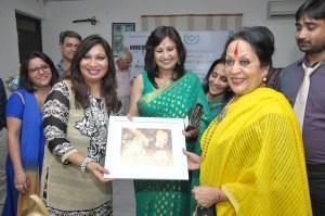 Sumita Dass presenting Painting to Dr Sonal Mansingh ji