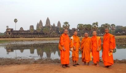 Vijf monniken poseren voor Angor Wat in Cambodja